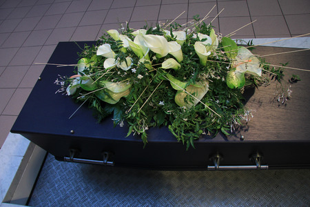 Begrafenis bloemen op een kist, rouwdienst Stockfoto