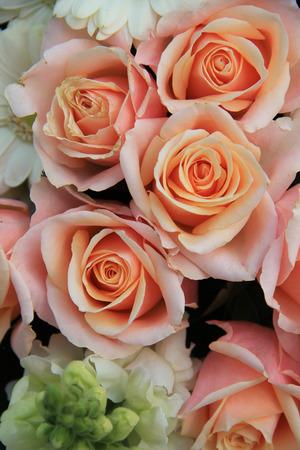 Weißen Lilien Und Rosa Rosen In Einer Hochzeit Blumen-Arrangement ...