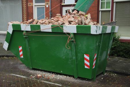 renovation de maison: Ordures charg� pr�s d'un chantier de construction, de r�novation