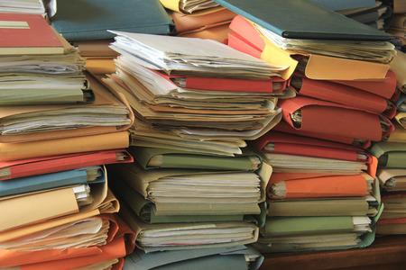 Gestapelte Office-Dateien: Stapel der Schreibarbeit in einem Büro