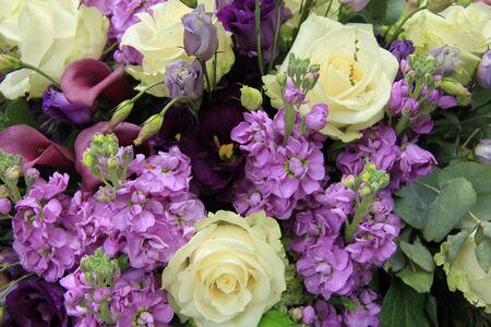 Hochzeit Blumen-Arrangement In Weiß Und Lila, Rosen Und Calla-Lilien ...