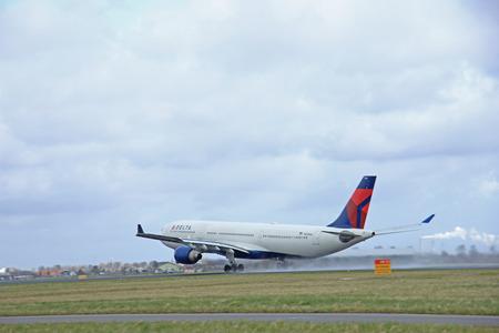 schiphol: March, 27th 2015, Amsterdam Schiphol Airport N819NW Delta Air Lines Airbus A330-300  Polderbaan Runway