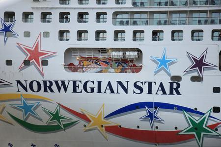 cruiseship: Velsen, Pa�ses Bajos - 9 de mayo de 2015: Norwegian Star. El Norwegian Star es un barco de crucero operado por Norwegian Cruise Line, construido en 2001 por el astillero Meyer Werft en Papenburg, Alemania.