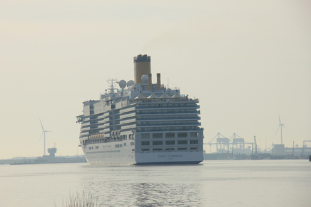 cruiseship: Velsen, Pa�ses Bajos - 10 de mayo 2015: Costa Luminosa. Costa Luminosa es un barco de crucero, propiedad y operado por Costa Crociere, construido por Fincantieri de Marghera astillero en 2009. Es 292 m (958 pies) de largo.