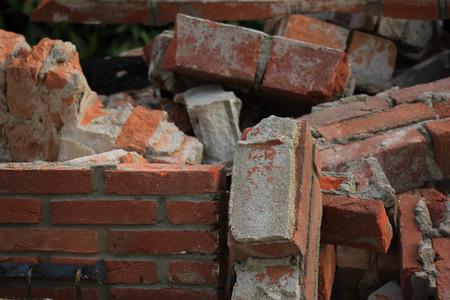 renovation de maison: Briques dans une benne � ordures pr�s d'un chantier de construction, de r�novation