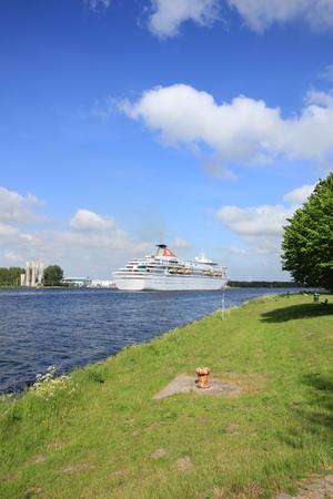 cruiseship: Velsen, Pa�ses Bajos - 27 de mayo 2015: Balmoral. El Balmoral es un barco de crucero operado por Fred. Olsen Cruise Lines. Fue construido en 1988 por el astillero Meyer Werft en Papenburg, Alemania Occidental y es 187,71 m (615 pies 10 pulgadas) de largo.