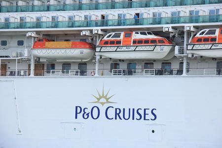 cruiseship: Velsen, Pa�ses Bajos - 22 de mayo 2015: Ventura es un crucero de clase Grand, propiedad y operado por P & O Cruises, construidos por Fincantieri, Monfalcone, Italia. Es 291,4 m (956 pies) de largo