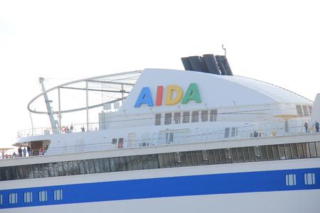 cruiseship: Ijmuiden, Pa�ses Bajos - 27 de mayo 2015: AIDAsol, AIDAsol es una nave de la clase crucero Esfinge, construido en Meyer Werft en 2011 para AIDA Cruises. Ella es de 252 m (826,77 pies) de largo. Editorial