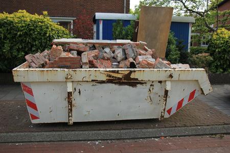 renovation de maison: Loaded pr�s d'un chantier de construction, de r�novation