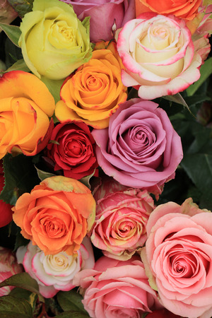 Veelkleurige rozen in een kleurrijke bruiloft arrangement