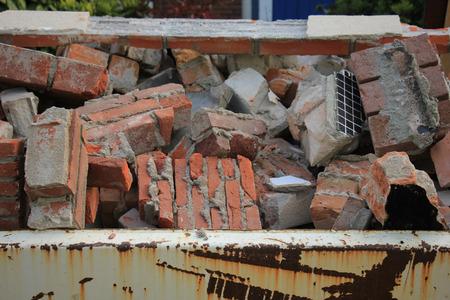 renovation de maison: Briques dans un bac de recyclage � proximit� d'un chantier de construction, de r�novation