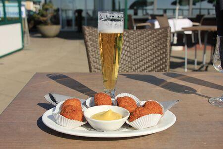 Bier en warme gefrituurde snacks, nederlands bitterballen Stockfoto