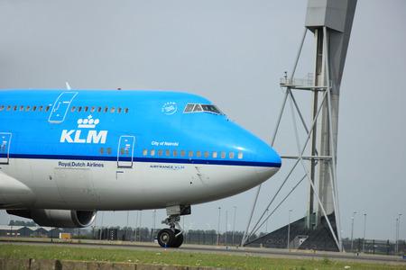 747 400: Amsterdam, Paesi Bassi - 10 Agosto 2015: PH-BFN KLM Royal Dutch Airlines Boeing 747-400 tassazione sulla pista Polderbaan al terminal principale dell'aeroporto di Amsterdam Schiphol Editoriali