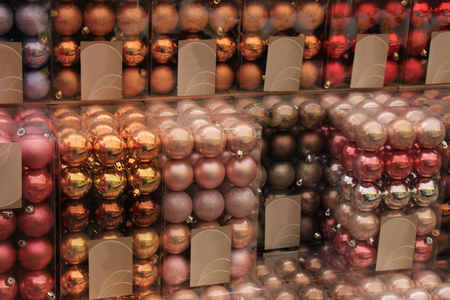 colores pastel: Adornos de Navidad en colores pastel en una tienda al por menor