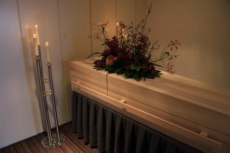 Holzschatulle - zeitgenössischen Stil - in einem Bestattungs Lizenzfreie Bilder