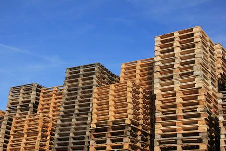 Palettes de bois empilées dans un entrepôt