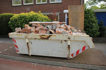 ordures Loaded à proximité d'un chantier de construction, de rénovation Banque d'images