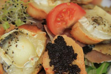queso de cabra: Ensalada de queso de cabra con tomate y berenjena caviar Foto de archivo