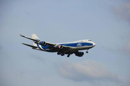 boeing 747: Amsterdam Schiphol - 1 aprile 2016: VQ-BHE AirBridgeCargo Boeing 747 si avvicina pista Polderbaan