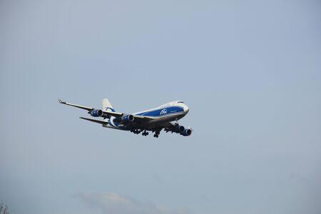 boeing 747: Amsterdam Airport Schiphol - 1 aprile 2016: VP-BIM AirBridgeCargo Boeing 747 si avvicina Polderbaan pista, in arrivo da Mosca, Russia