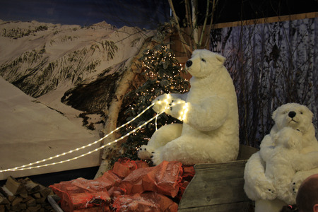 osos navide�os: Winter scene with polar bears as Christmas or winter decorations Foto de archivo