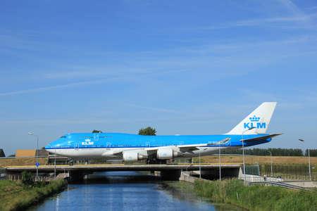 boeing 747: Amsterdam, Paesi Bassi - 9 Giugno 2016: PH-BFK KLM Royal Dutch Airlines Boeing 747, di rullaggio a Polderbaan pista Schiphol, destinazione Shanghai, Cina
