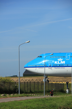 boeing 747: Amsterdam, the Netherlands - June 9th 2016: PH-BFK KLM Royal Dutch Airlines Boeing 747, taxiing to Polderbaan runway Schiphol, destination Shanghai, China Editoriali