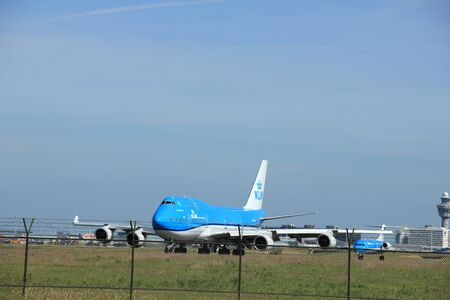 boeing 747: Amsterdam, Paesi Bassi - 9 Giugno 2016: PH-BFT KLM Royal Dutch Airlines Boeing 747, di rullaggio a Polderbaan pista Schiphol, destinazione Città del Messico Editoriali