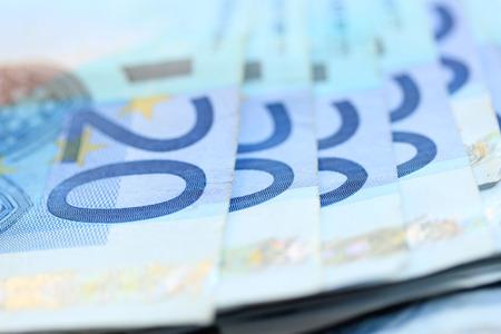 billets euros: Vingt billets en euros, spead sur une table