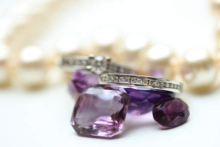 edelstenen: Diamanten ringen op losse paarse amethist edelstenen