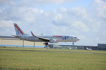 boeing: Amsterdam, The Netherlands, april 11, 2015: EC-JBK Air Europa Boeing 737  approaching runway 09-27 Buitenveldert Editorial