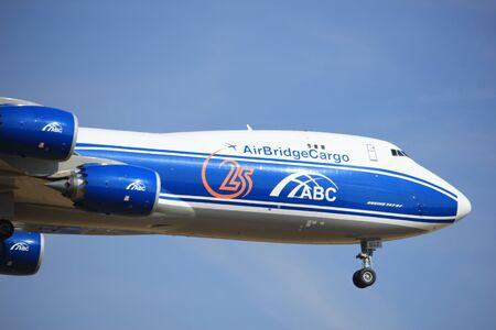 boeing 747: Amsterdam, Paesi Bassi - 21 Luglio, 2016: VQ-BGZ AirBridgeCargo Boeing 747, avvicinandosi Polderbaan pista a Schiphol Amsterdam Airport, in arrivo da Mosca, Russia