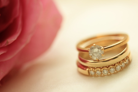 diamond rings: Diamond wedding rings and plain band and pink rose