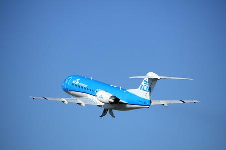 Amsterdam, Nederland - 18 augustus 2016: PH-KZU KLM Cityhopper Fokker F70, opstijgend vanaf Polderbaan Runway Amsterdam Airport Schiphol