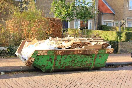 saltar: Loaded dumpster near a construction site, home renovation