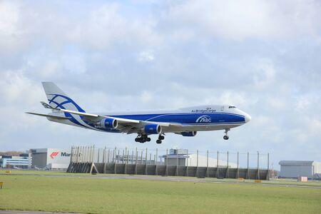 boeing 747: Amsterdam, Paesi Bassi, 11 aprile 2015: VQ-BIA AirBridgeCargo Boeing 747-4KZF avvicina pista 09-27 Buitenveldert