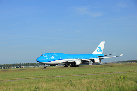 boeing 747: Amsterdam, the Netherlands - June 9th 2016: PH-BFV KLM Royal Dutch Airlines Boeing 747, taxiing to Polderbaan runway Schiphol, destination Beijing, China Editoriali