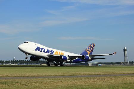 boeing 747: Amsterdam, Paesi Bassi - agosto 18 2016: N496MC Atlas Air Boeing 747-47UF, il decollo dalla pista Polderbaan Amsterdam Airport Schiphol Editoriali