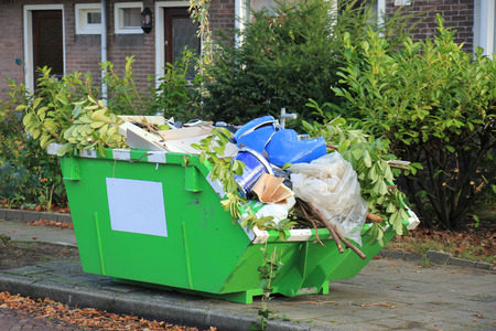 Contenedor de basura cerca de un sitio de construcción, renovación del hogar