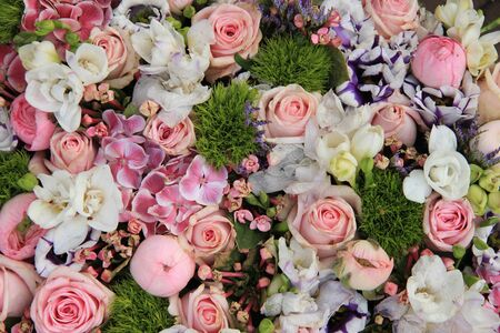 sorts: Wedding arrangement in various shades of pink and different sorts of flowers