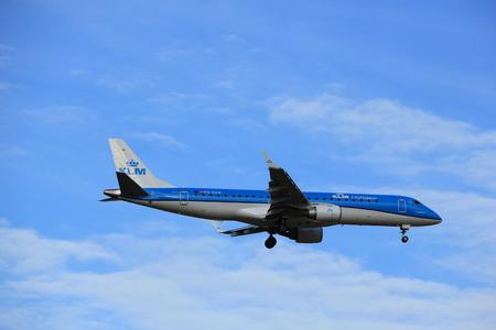 Amsterdam, Nederland - 15 juli 2016: PH-EZM KLM Cityhopper Embraer ERJ-190STD naderen Polderbaan op Schiphol Amsterdam Airport, afkomstig uit Bristol, Verenigd Koninkrijk Stockfoto