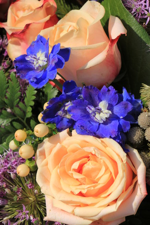 mixed marriage: Pink roses and purple onions in a floral wedding decoration Stock Photo