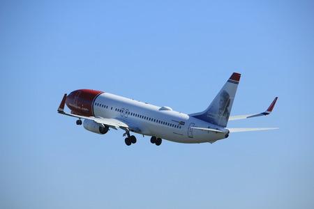 Amsterdam, Pays-Bas - 2 avril 2017: Décollage du Boeing 737 de la navette aérienne norvégienne LN-NID depuis la piste de Polderbaan, aéroport d'Amsterdam-Schiphol Banque d'images - 75290896