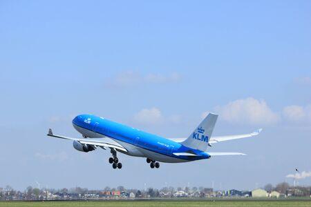 Amsterdam Nederland - 2 april 2017: PH-AOD KLM Royal Dutch Airlines Airbus A330-200 start vanaf de Polderbaanbaan, Amsterdam Airport Schiphol Stockfoto