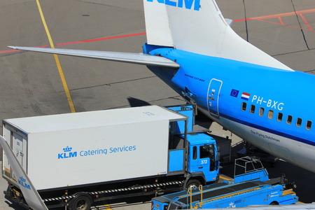 Amsterdam Nederland - 26 mei 2017: PH-BXG KLM Royal Dutch Airlines Boeing 737 en KLM catering service Redactioneel