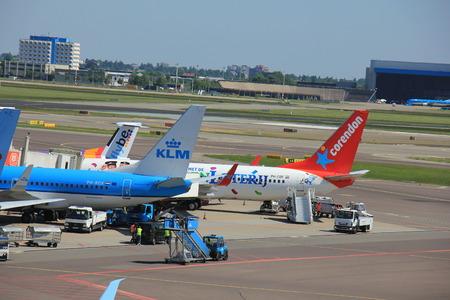 Amsterdam Nederland - 26 mei 2017: verschillende luchtvaartmaatschappijen geparkeerd bij de poort op de internationale luchthaven van Schiphol