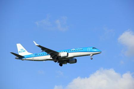 Amsterdam Nederland - 20 mei 2017: PH-EZC KLM Cityhopper Embraer ERJ-190STD nadert baan Schiphol Polderbaan