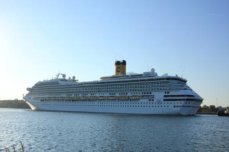 Velsen, Nederland - 11 juni 2015: Costa Fortuna is een cruiseschip, eigendom van en geëxploiteerd door Costa Crociere, gebouwd door de scheepswerf Fincantieri Marghera in 2003. Het is 273 m lang.