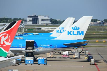 Amsterdam Nederland - 26 mei 2017: vliegtuigen van verschillende grote luchtvaartmaatschappijen geparkeerd aan de poorten op Schiphol Amsterdam International Airport