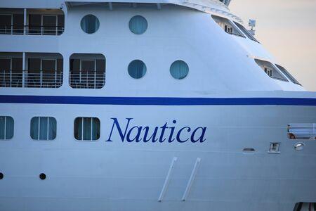Velsen, Paesi Bassi - 15 giugno 2017: Nautica - Oceania Cruises sul Canale del Mare del Nord verso il terminal delle crociere di Amsterdam Archivio Fotografico - 80457374